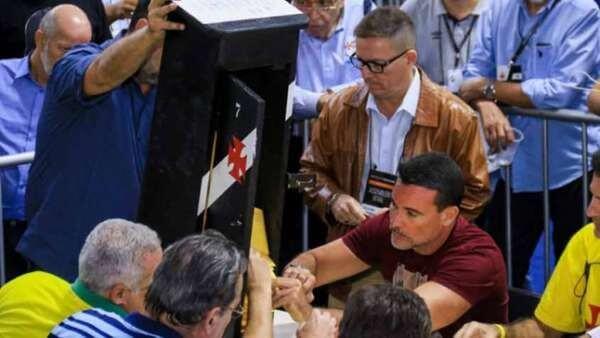 """Arena Geral: Torcer é o nosso esporte! """"Democracia"""" nos clubes de futebol?"""